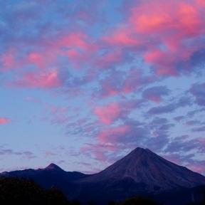 Volcanes bajo cielo rosado. precio según soporte y medidas