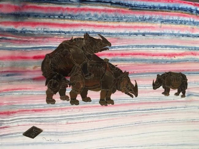 Tres rinocerontes sobre fondo azul y rojo