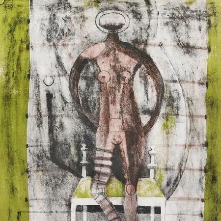 Mujer con medias malva