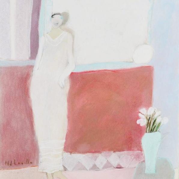 Mujer con vestido largo y florero